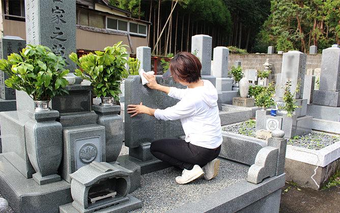 お墓、敷地内のお掃除